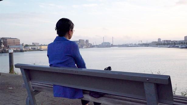 姊妹独自坐在河边发愁
